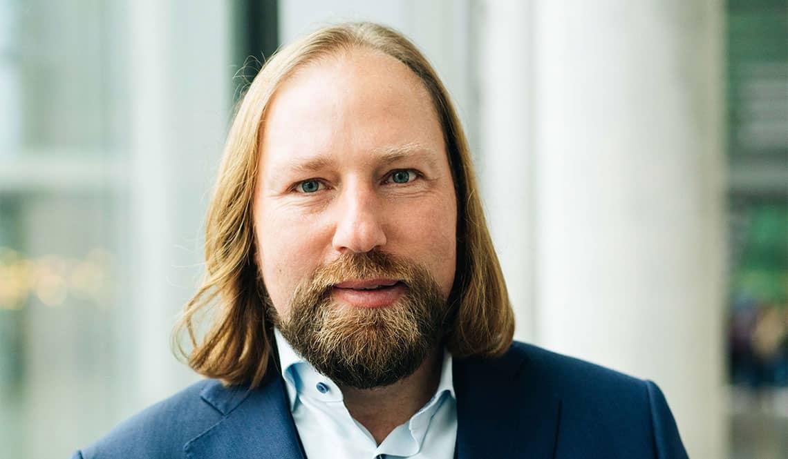 Anton Hofreiter Portrait mit unscharfem Hintergrund Pressebild