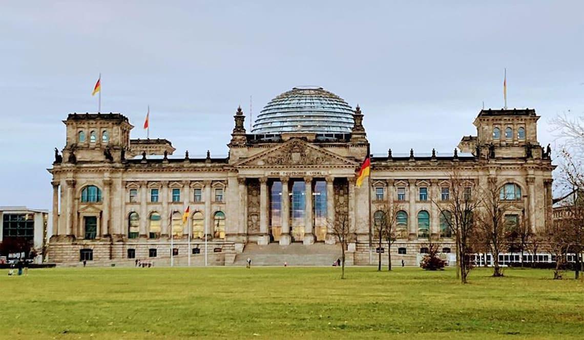 Auf dem Bild ist der Sitz des Bundestags zu sehen. Es ist der Haupteingang mit der Kuppel.