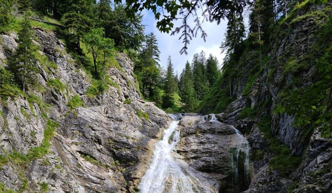 Ein Wasserfall, der einen Berg runter fließt.