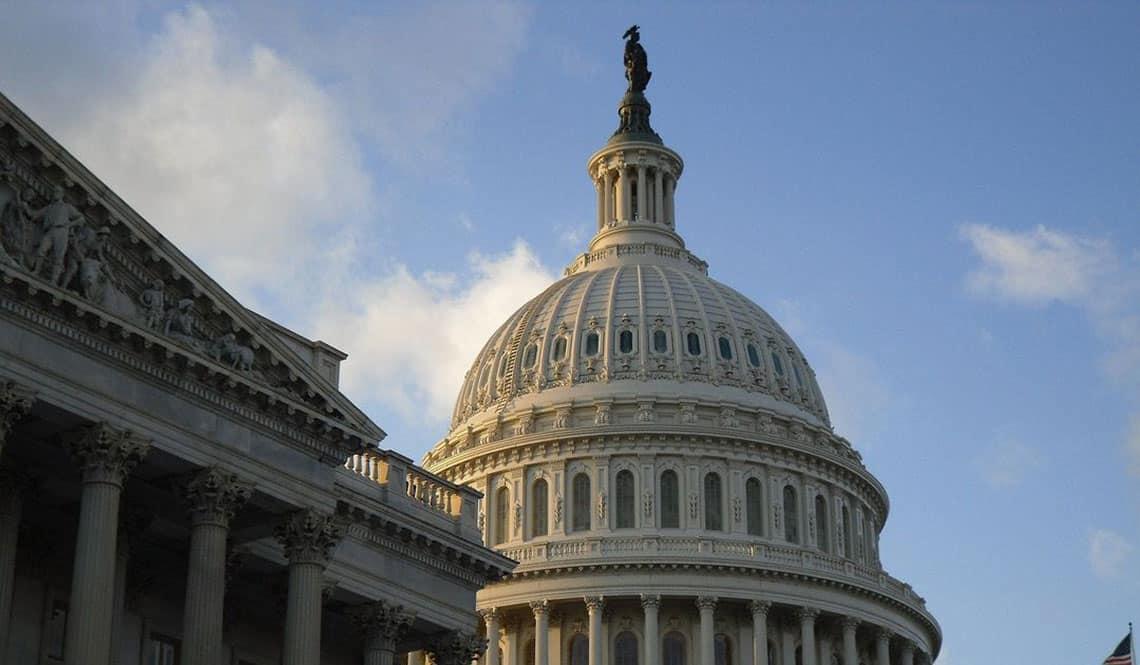 Das Kapitol in Washington mit blauem Himmel im Hintergrund.