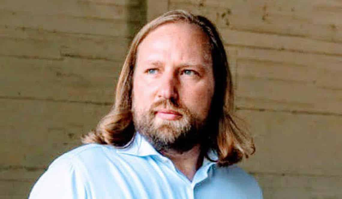 Anton Hofreiter Portrait vor braunem Hintergrund