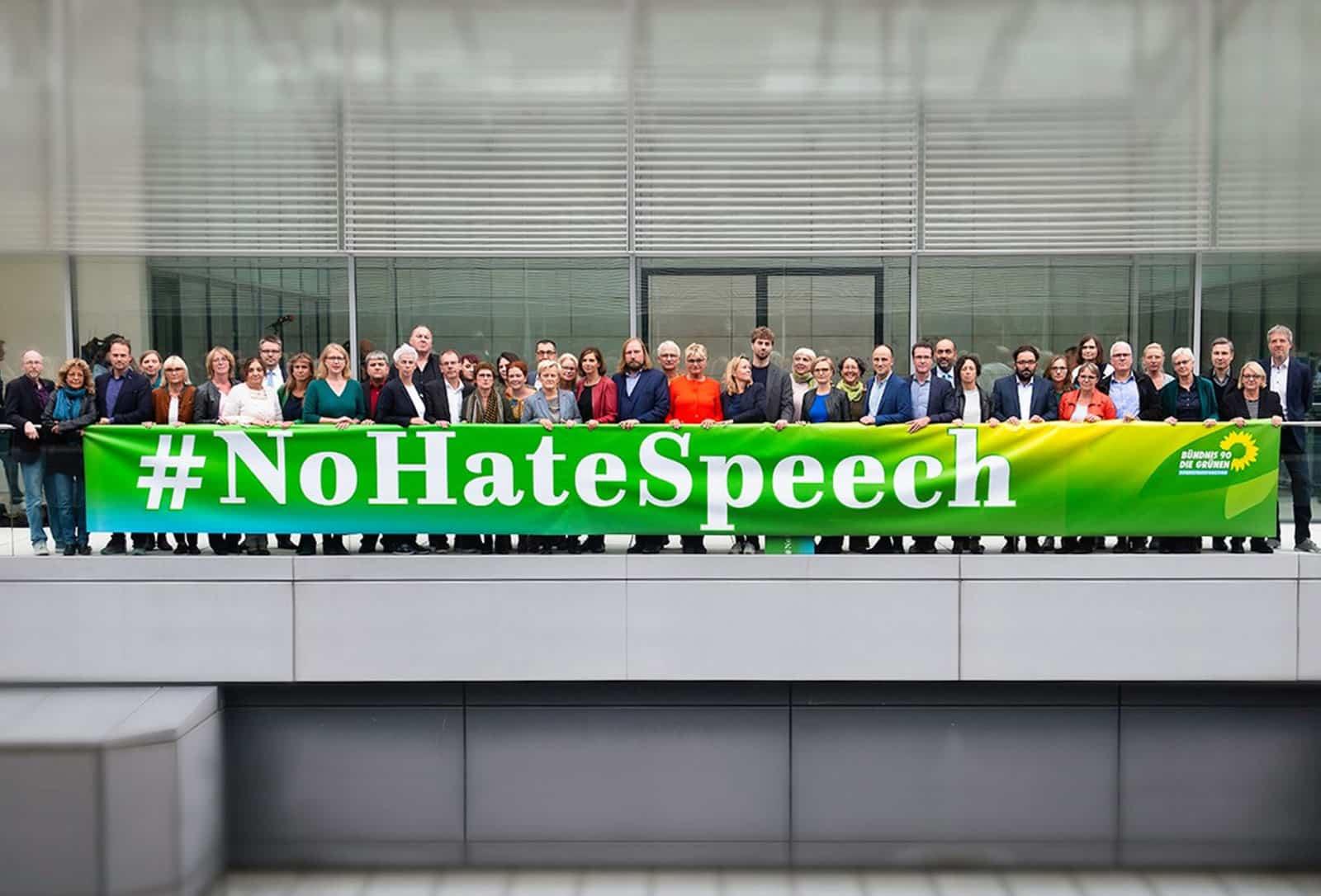 Gruppenbild der Gruene Bundestagsfraktion mit einem Transparent auf dem steht #NoHateSpeech