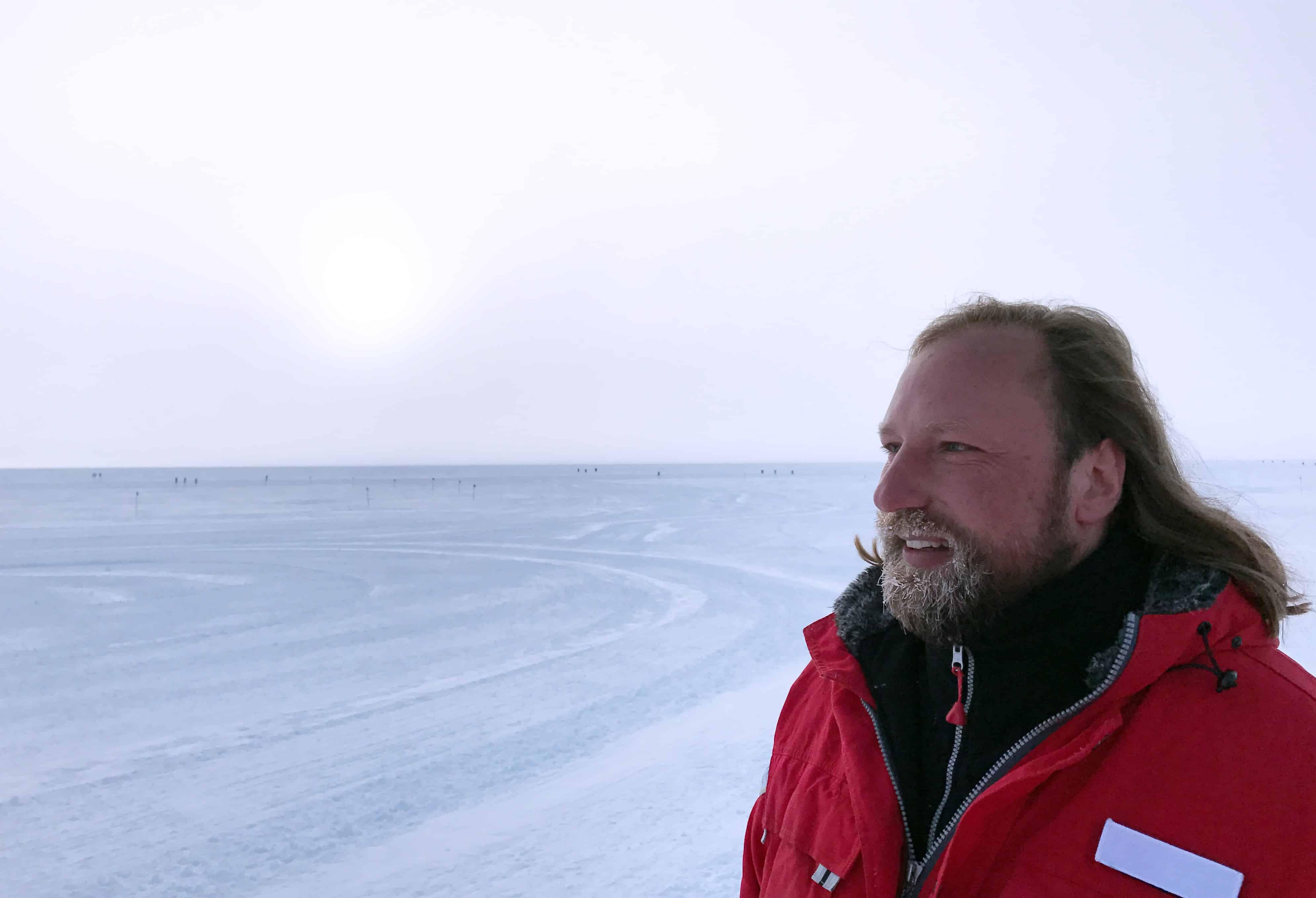 Toni Hofreiter steht vor einer vereisten Landschaft.